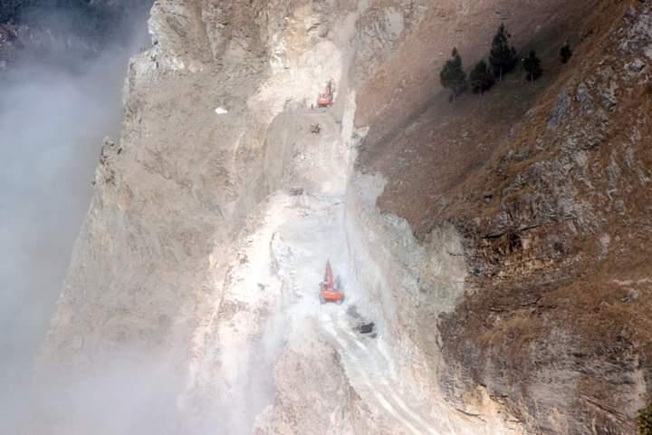 दग्नामको अजिङ्गर भीरमा डोजरद्वारा सडक खनिँदै
