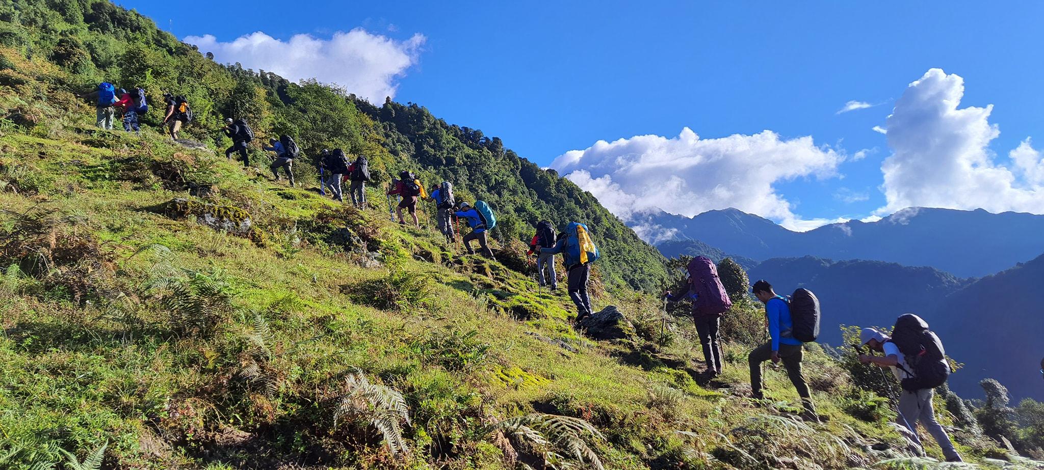 नेपाल माउन्टेण्ड एकेडेमीका विद्यार्थी मेरा पिक क्षेत्रमा